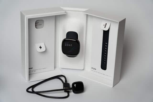 Die Packung lässt sich seitlich aufklappen und die Fitbit Sense thront auf einem Aufsteller