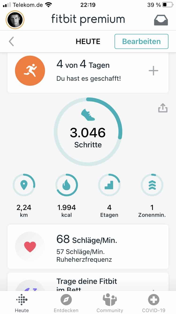 Startbildschirm der Fitbit App mit den wichtigsten Informationen.