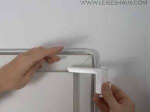 Schieben Sie den Schlitten auf die Tür und ziehen Sie den Hebel vorsichtig zu sich ran, damit die Feder gespannt werden kann. Das Polster sollte dabei zum Türrahmen zeigen. Sollten Sie feststellen, dass das Polster in die Falsche Richtung zeigt, schrauben Sie die MOTS noch einmal auseinander und ändern Sie die Ausrichtung des Hebels.
