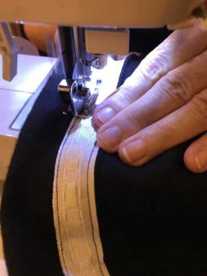 Das Gardinenband wird nah unter der Oberkante befestigt. Achte darauf nicht das Band zum Raffen in der Mitte zu treffen.