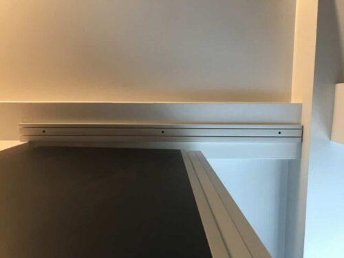 Das Band am besten vorerst mit einem Knoten versehen und dann später, wenn der Vorhang hängt daran ziehen, um den Vorhang zu raffen.