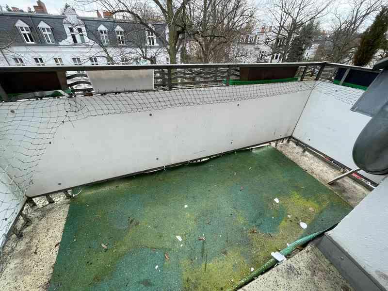 So sah unser Balkon vorher aus. Der alte, verschimmelte Kunstrasen war kein Augenschmaus.