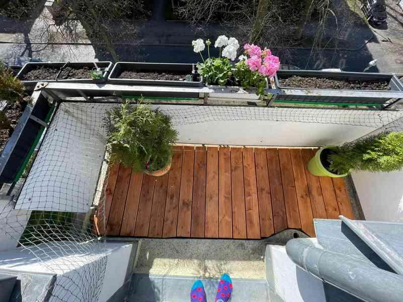 Der neue Boden verleiht dem Balkon ein neues Gefühl. Hier setzt man sich gerne Morgens raus und genießt die Sonne.