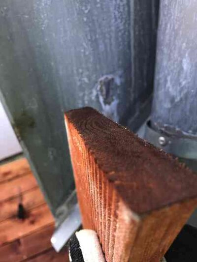 Die Schnittkanten sollten gut gestrichen sein. Hier schimmelt das Holz als Erstes. Nach Bedarf mit 120er Papier abschleifen.