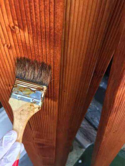 Das Holz so lagern, dass es nach dem Streichen gut trocknen kann. Bei sehr trockenem Holz zwei mal streichen.