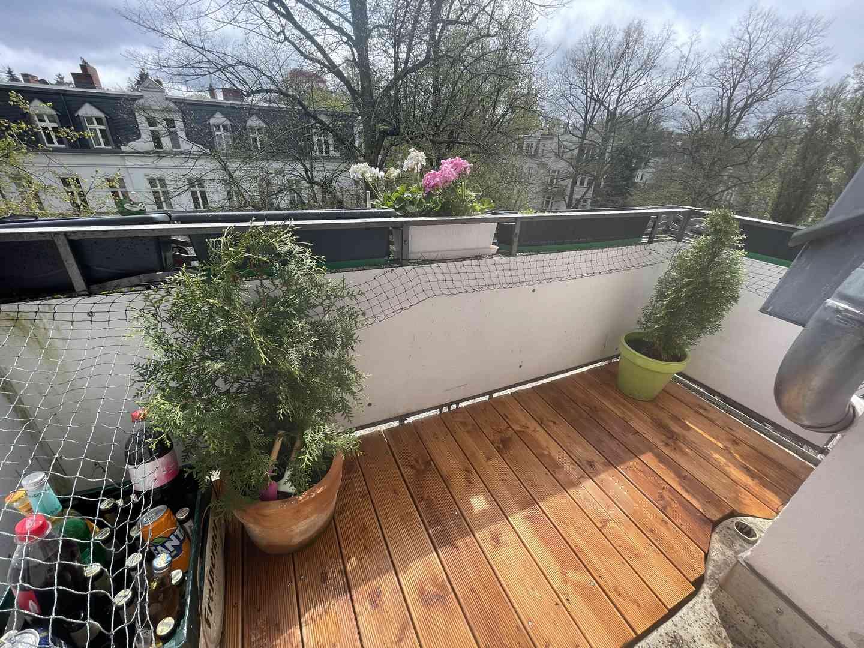 Das Ergebnis kann sich sehen lassen. Der Balkon erstrahlt dank neuem Terrassenboden in aller Freundlichkeit.