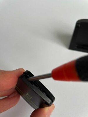 Öffnen des Schlüsselfinders zum Einsetzen der Batterie.